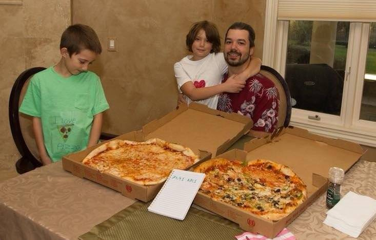 A famous buyer of pizza for 10,000 BTC is again pursuing
