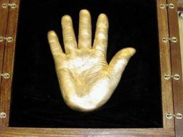 Casts of the hands of Nelson Mandela sold for $ 10 million in bitcoins
